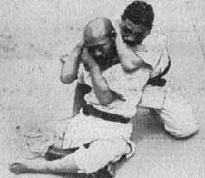 (foto n.4) Hoken Sato (a sx) come uke e Mataemon Tanabe (a dx) come tori in Hadaka Jime nel libro di Yokoyama del 1915.