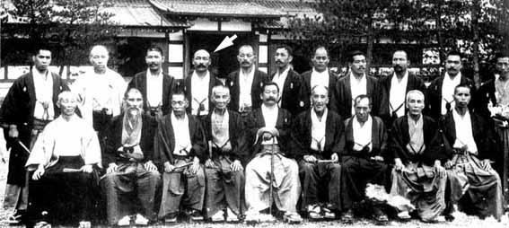 (foto n.1) Hoken Sato (indicato dalla freccia) alla riunione del 1906 con Jigoro Kano (al centro) e gli altri capiscuola del Ju Jitsu