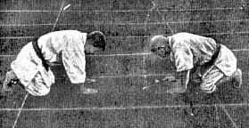 (foto n.3) Hoken Sato, a dx, e Hidekazu Nagaoka (10°dan) a sx, in posizione di saluto nel libro di Yokoyama del 1915.