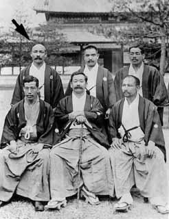 (foto n.2) Hoken Sato (indicato dalla freccia) a Kyoto nel 1906 con Hajime Isogai (10°dan) e Shuichi Nagaoka (10°dan) alla sua sx, Jigoro Kano al centro, Sakujiro Yokoyama (8°dan) alla sua sx, Yoshiaki Yamashita (10°dan) alla sua dx,